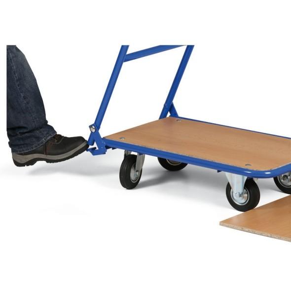 Vozík s drevotrieskovou plošinou a sklopným madlom