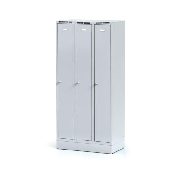 Kovová šatní skříňka, 3-dveřová na soklu, šedé dveře, otočný zámek