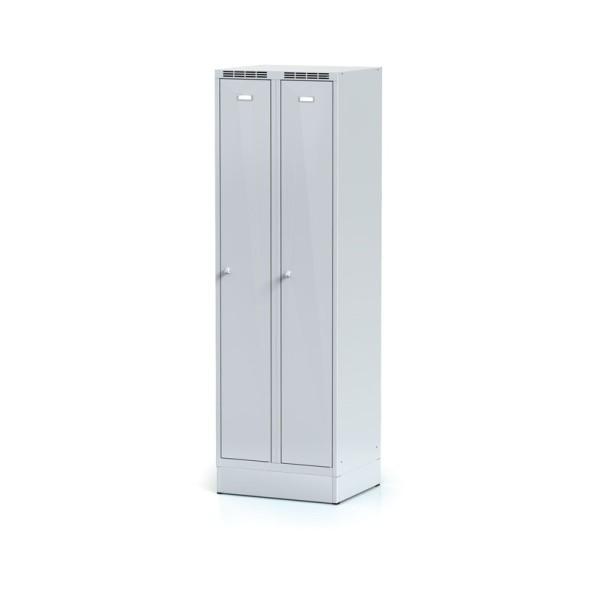 Kovová šatní skříňka na soklu, šedé dvouplášťové dveře, otočný zámek