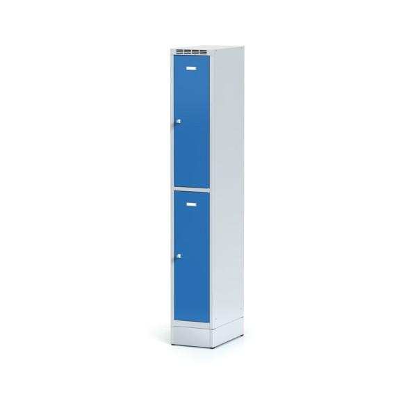 Kovová šatní skříňka na soklu, 2 boxy, modré dveře, cylindrický zámek
